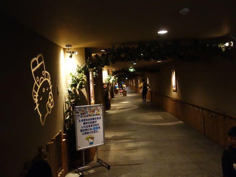 サンリオピューロランド地下駐車場からの連絡通路1