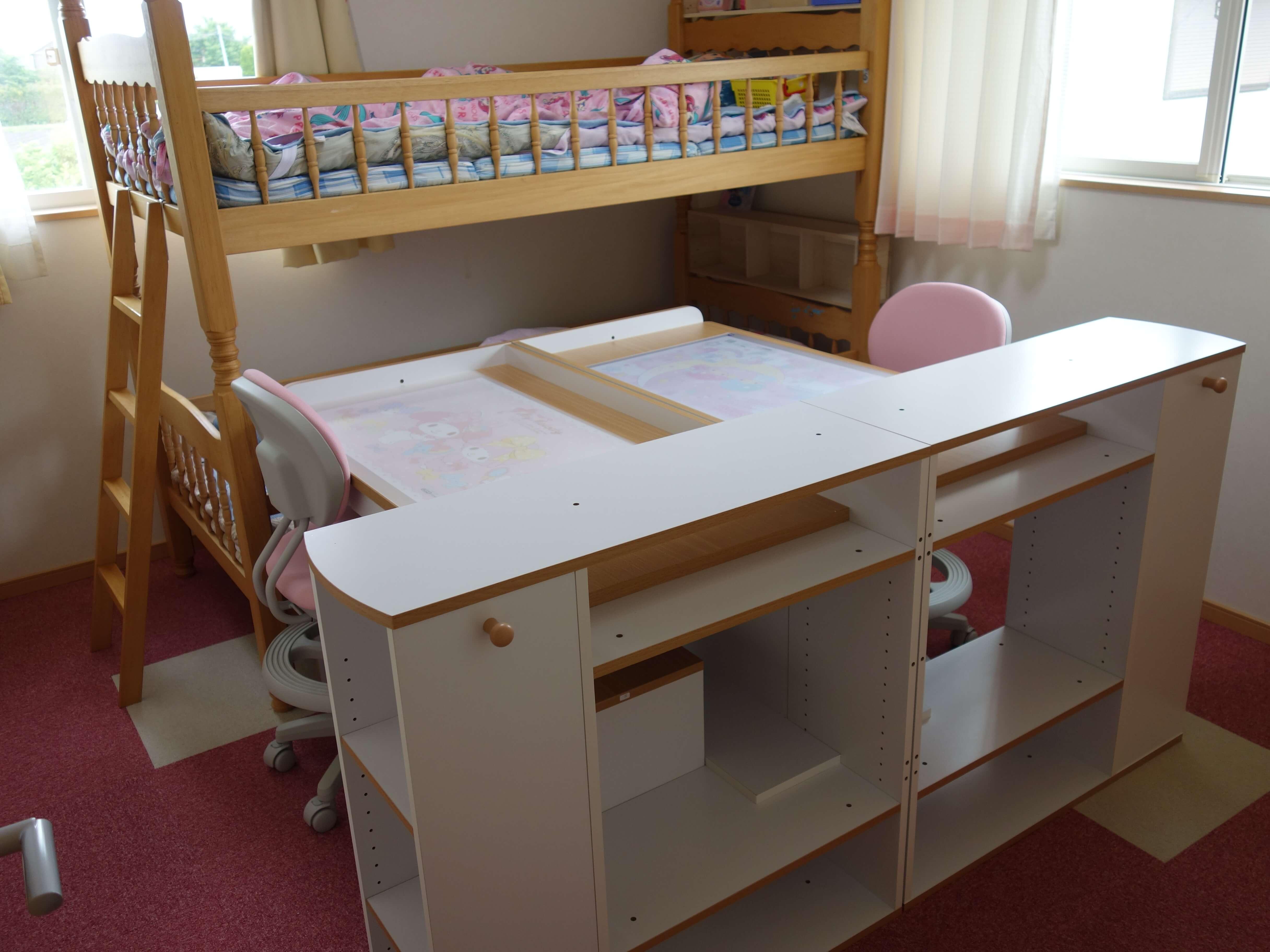 子供部屋に机と二段ベッドをいれた写真